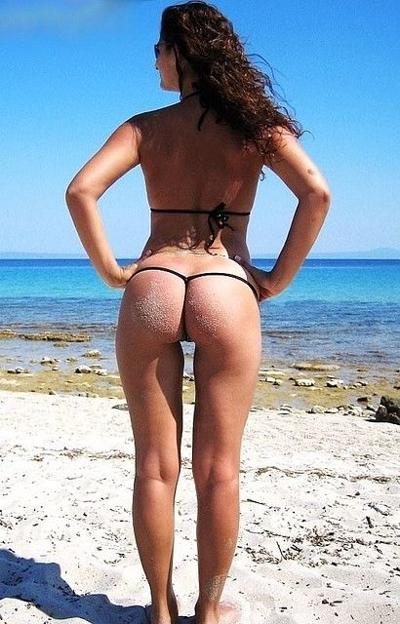 Bikini osano la spiaggia brasiliana