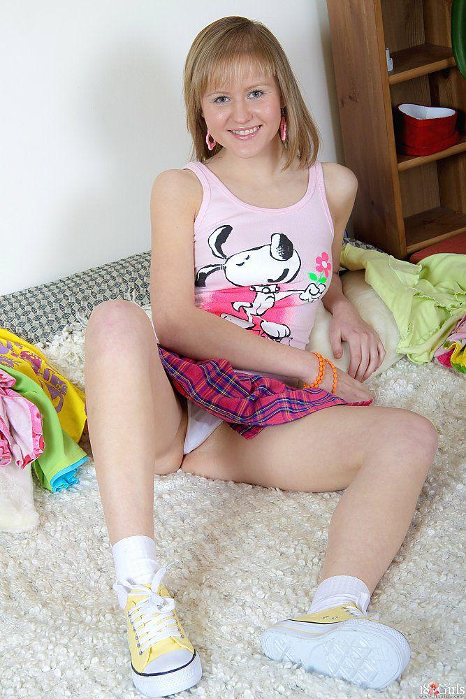 e6389wcuhp29 Jovencita Rusa Linda en su Primera Penetrada ANAL   Culito Rosadito Siendo Penetrado